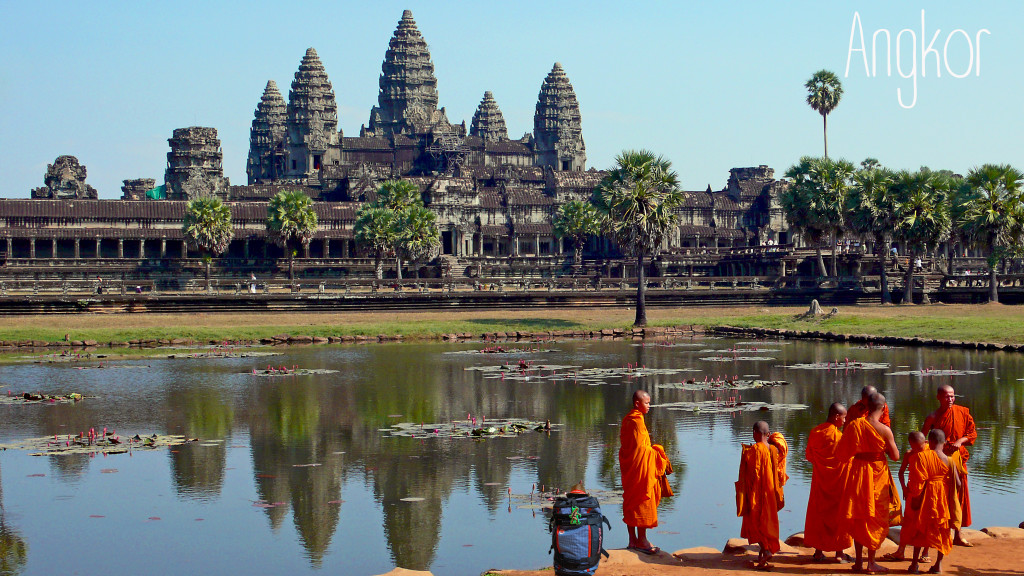 Buddhist_monks_in_front_of_the_Angkor_Wat copie
